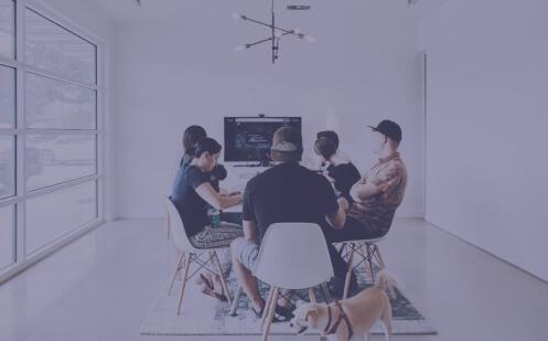 Foto de equipe reunida em uma mesa.