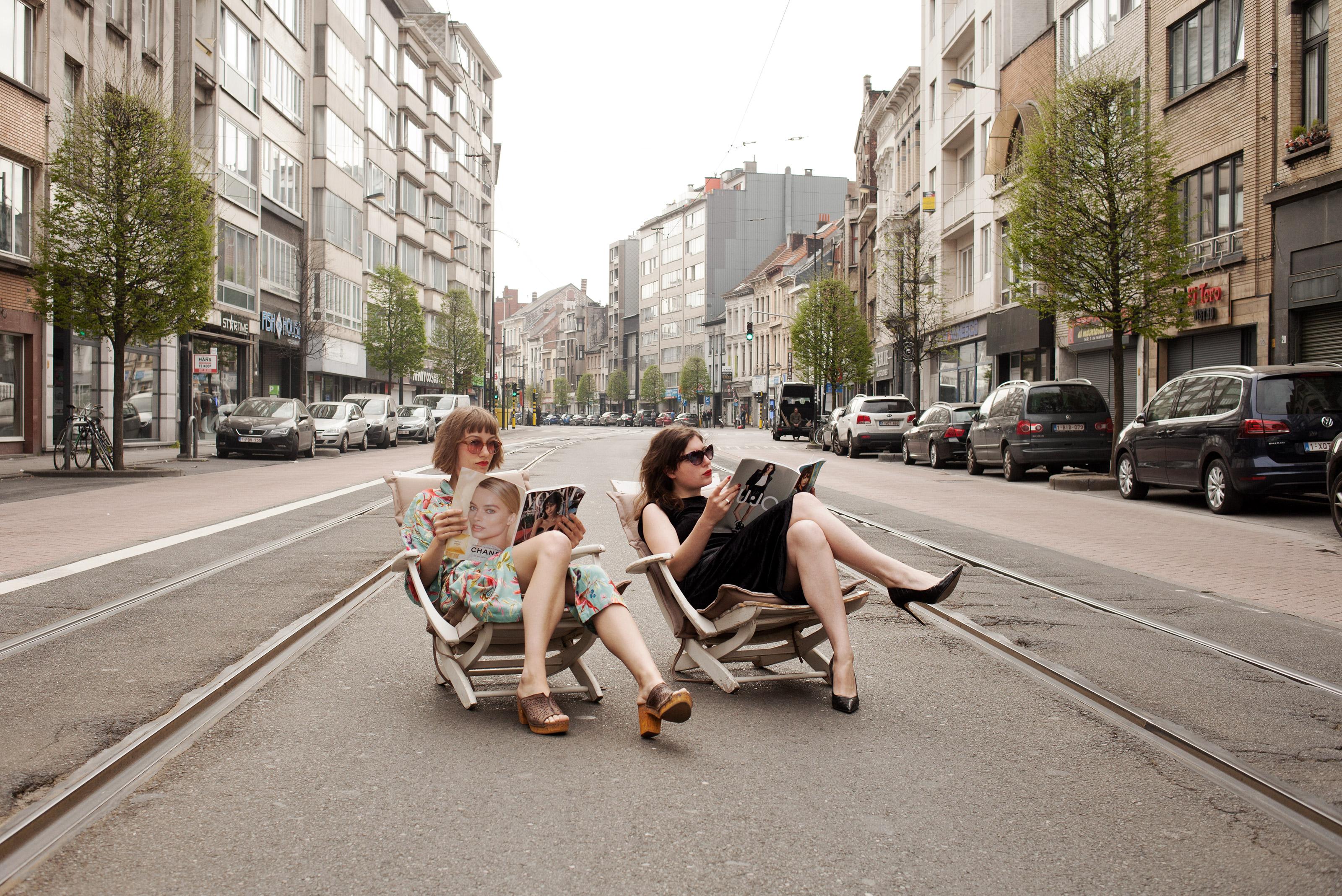 Turnhoutsebaan: 2 vrouwen op een strandstoel met een tijdschrift