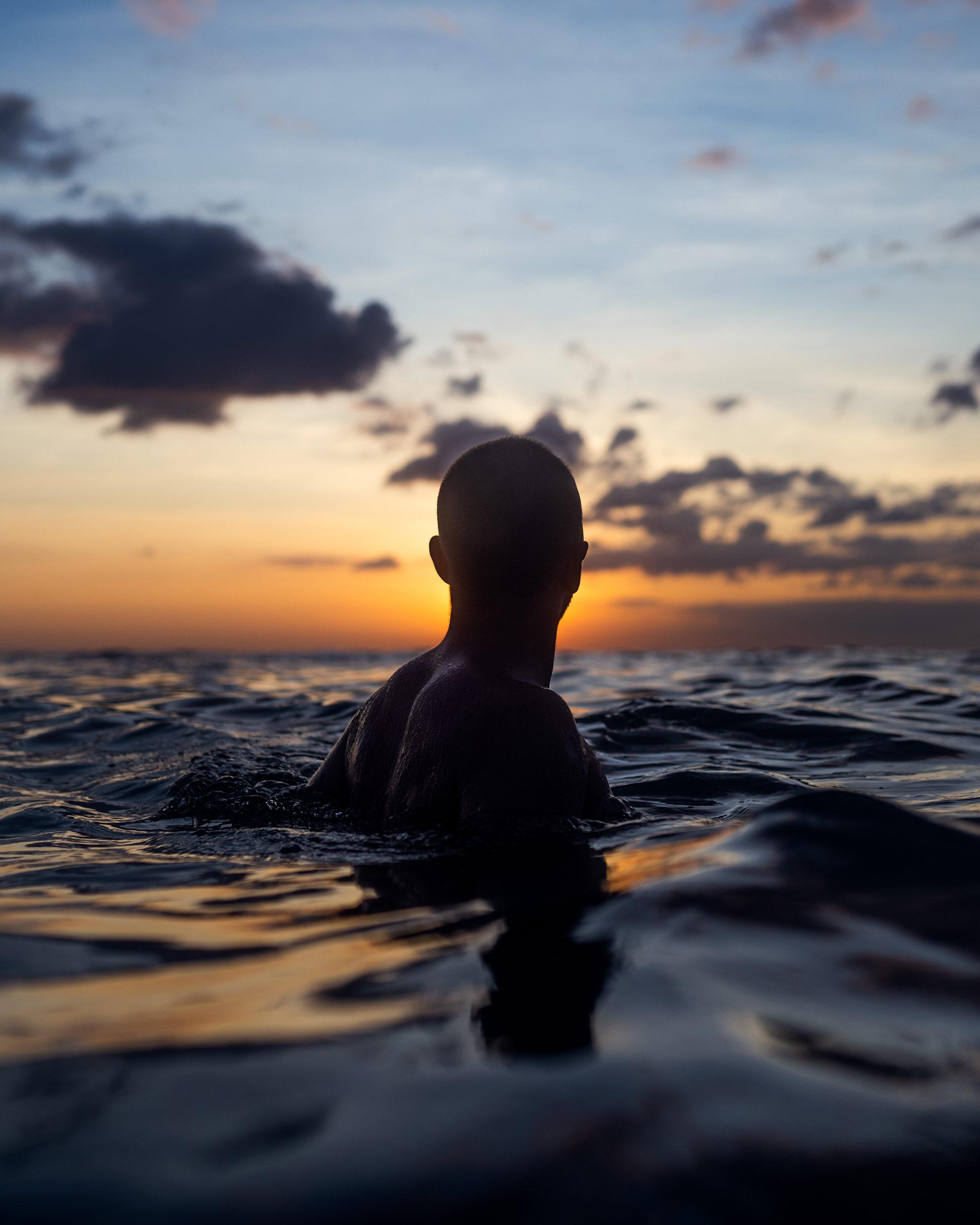 Viktor Stark im Wasser beim Sonnenuntergang