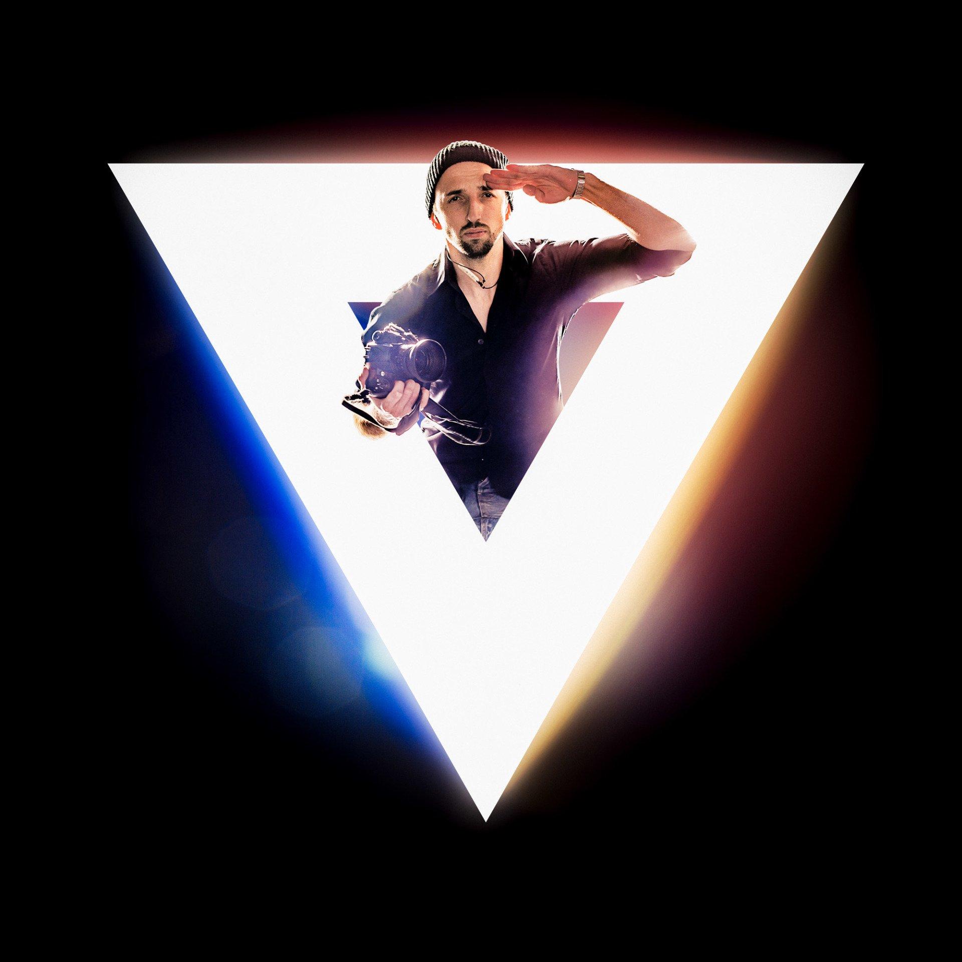 Viktor Stark springt aus seinem dreiecks logo heraus