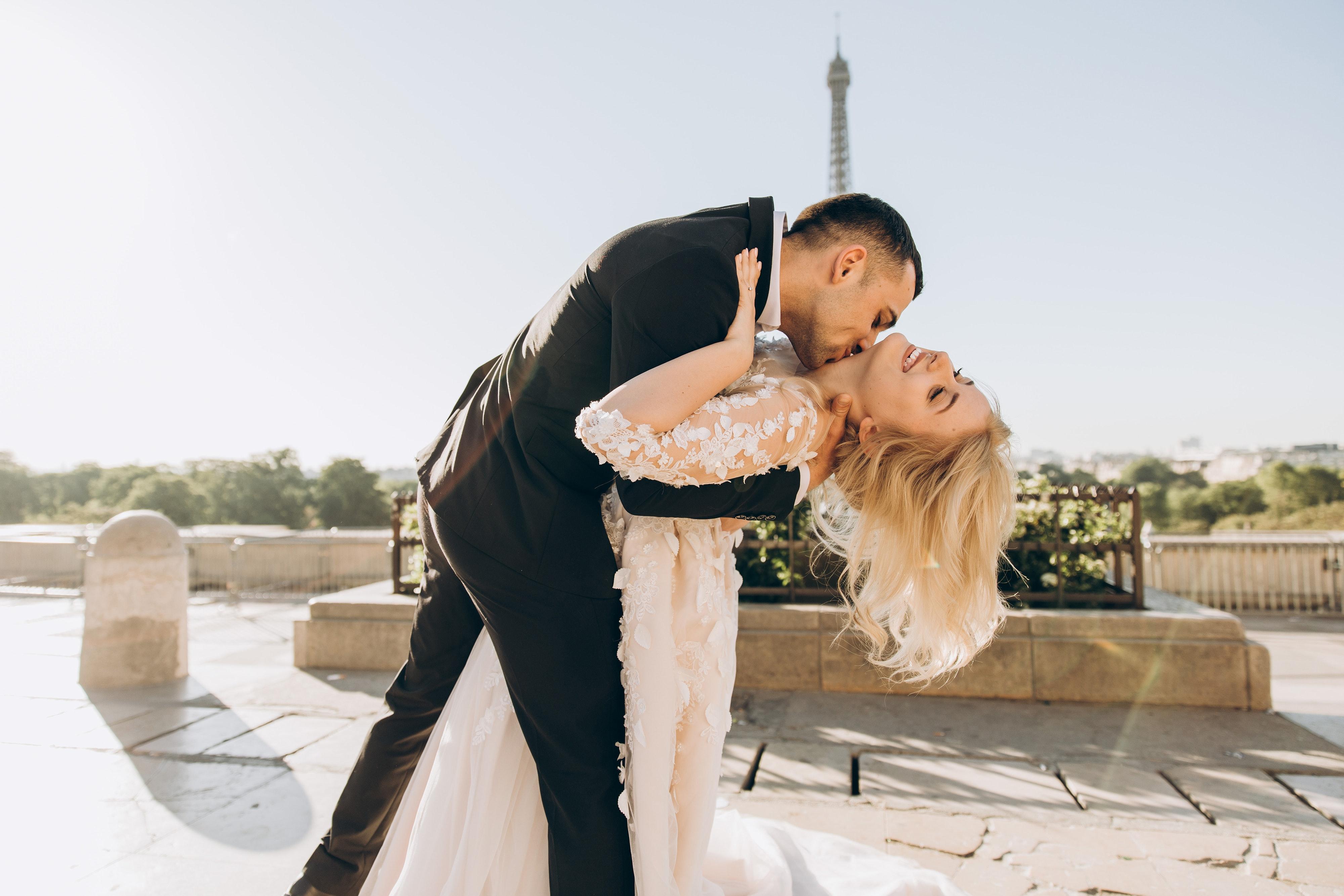Bräutigam küsst Braut spektakulär