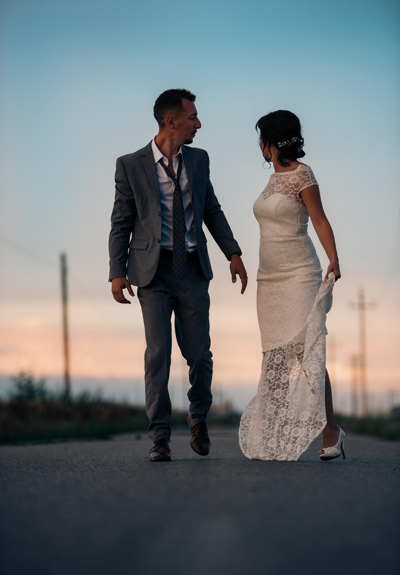 Eheleute laufen gemeinsam den Weg entlang