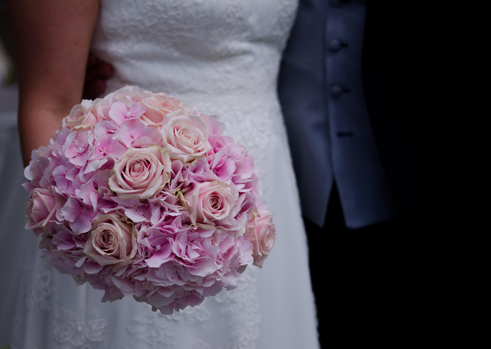 Braut hält den Blumenstrauß fest