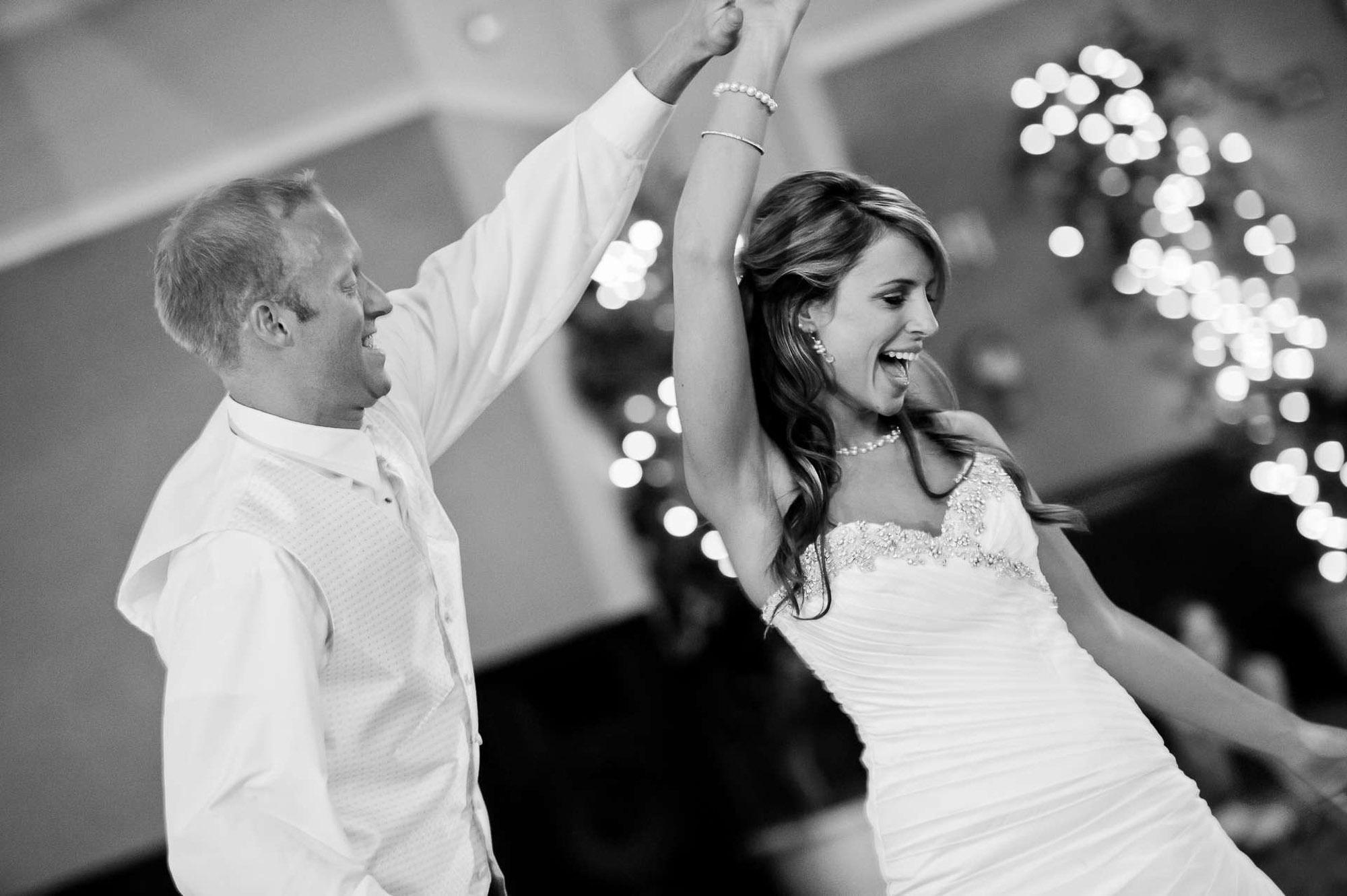 Braut mit Bräutigam tanzen