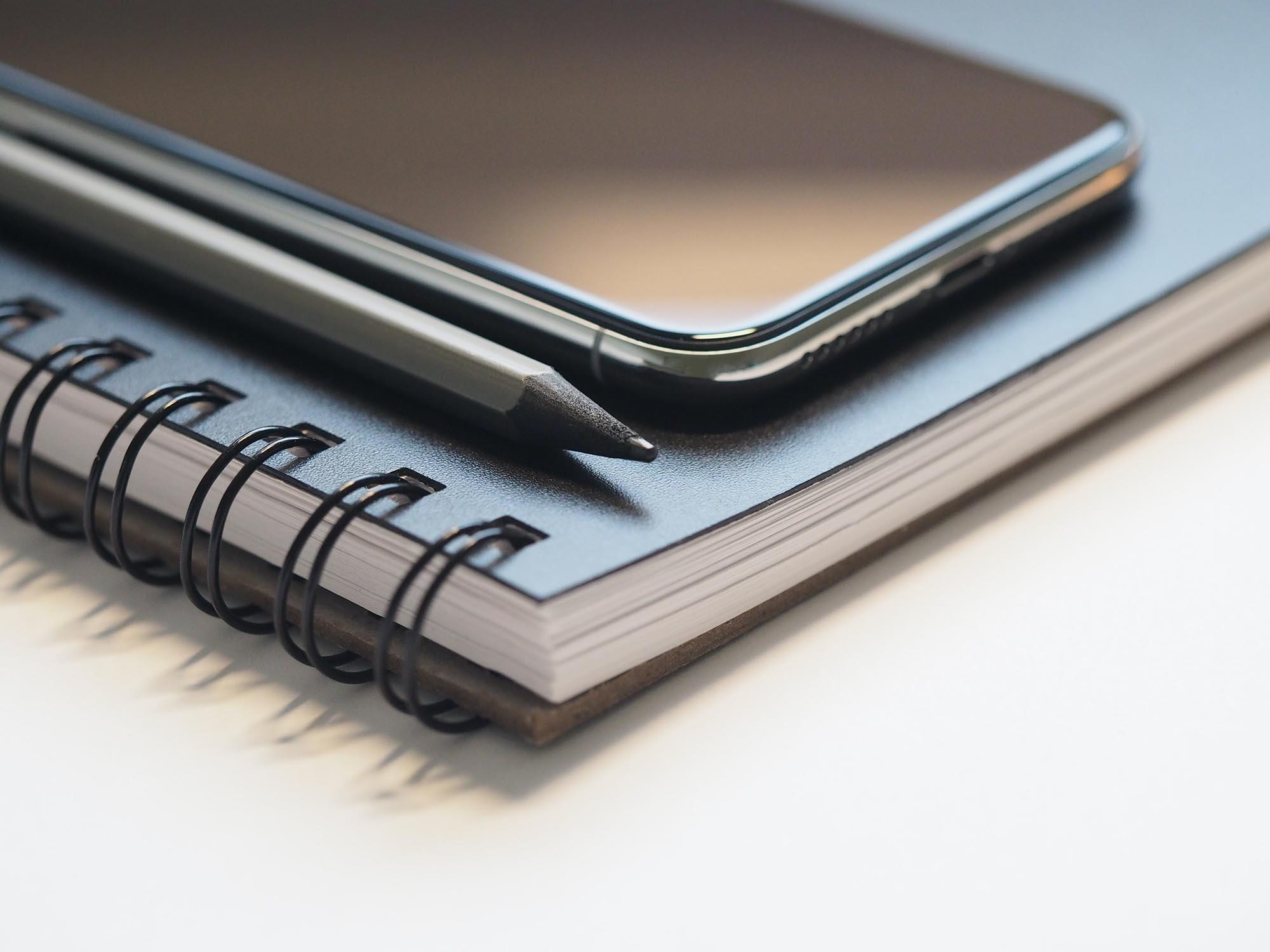Notizbuch, Handy, Stift,