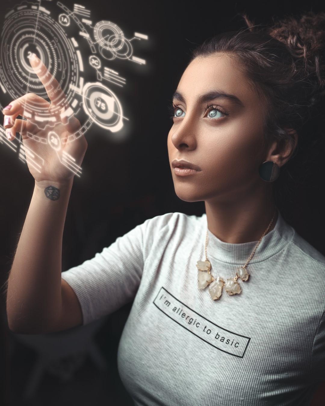 Frau benutzt ein User Interface in der Luft