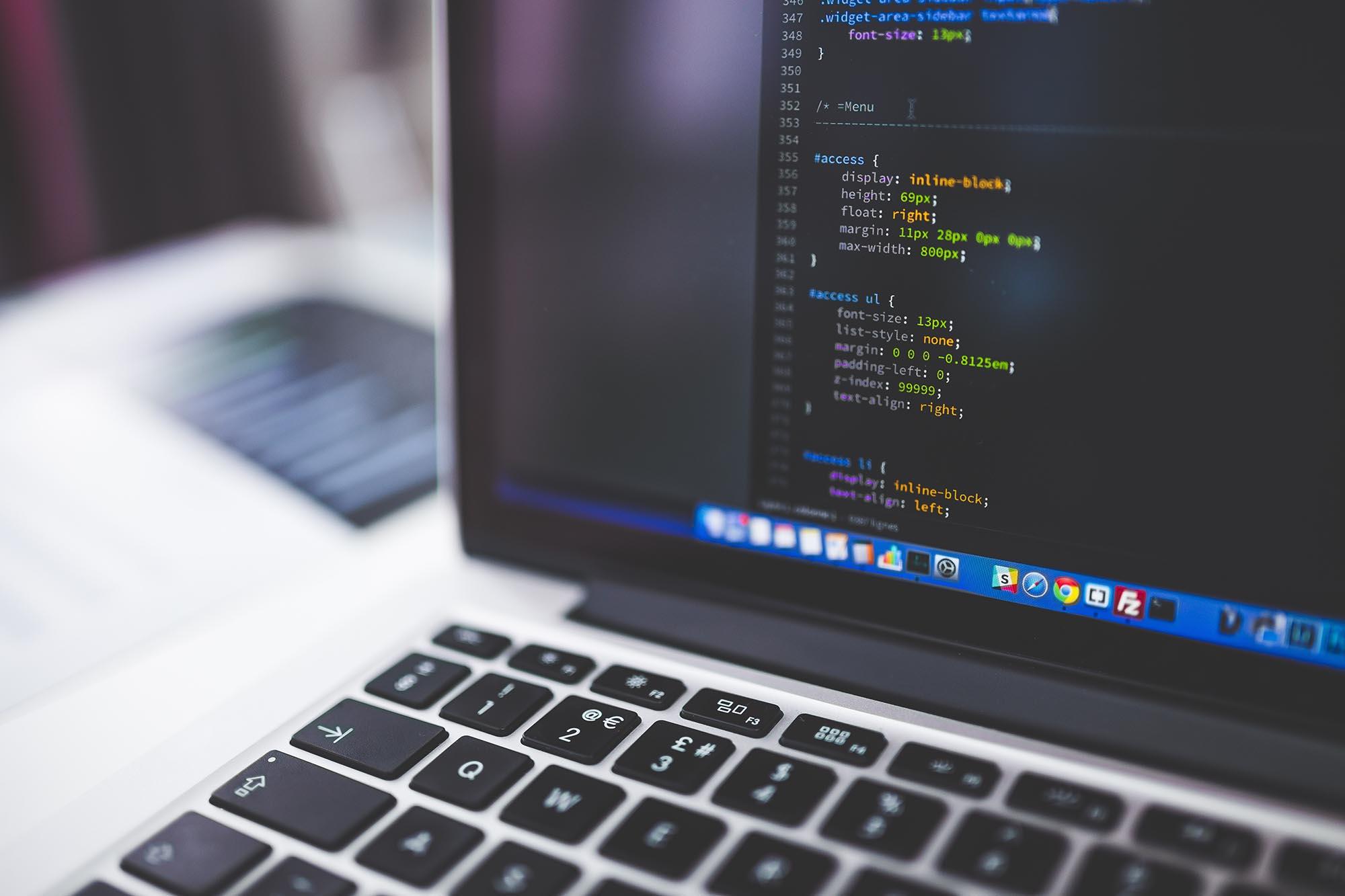 Computer mit Code auf dem Bildschirm