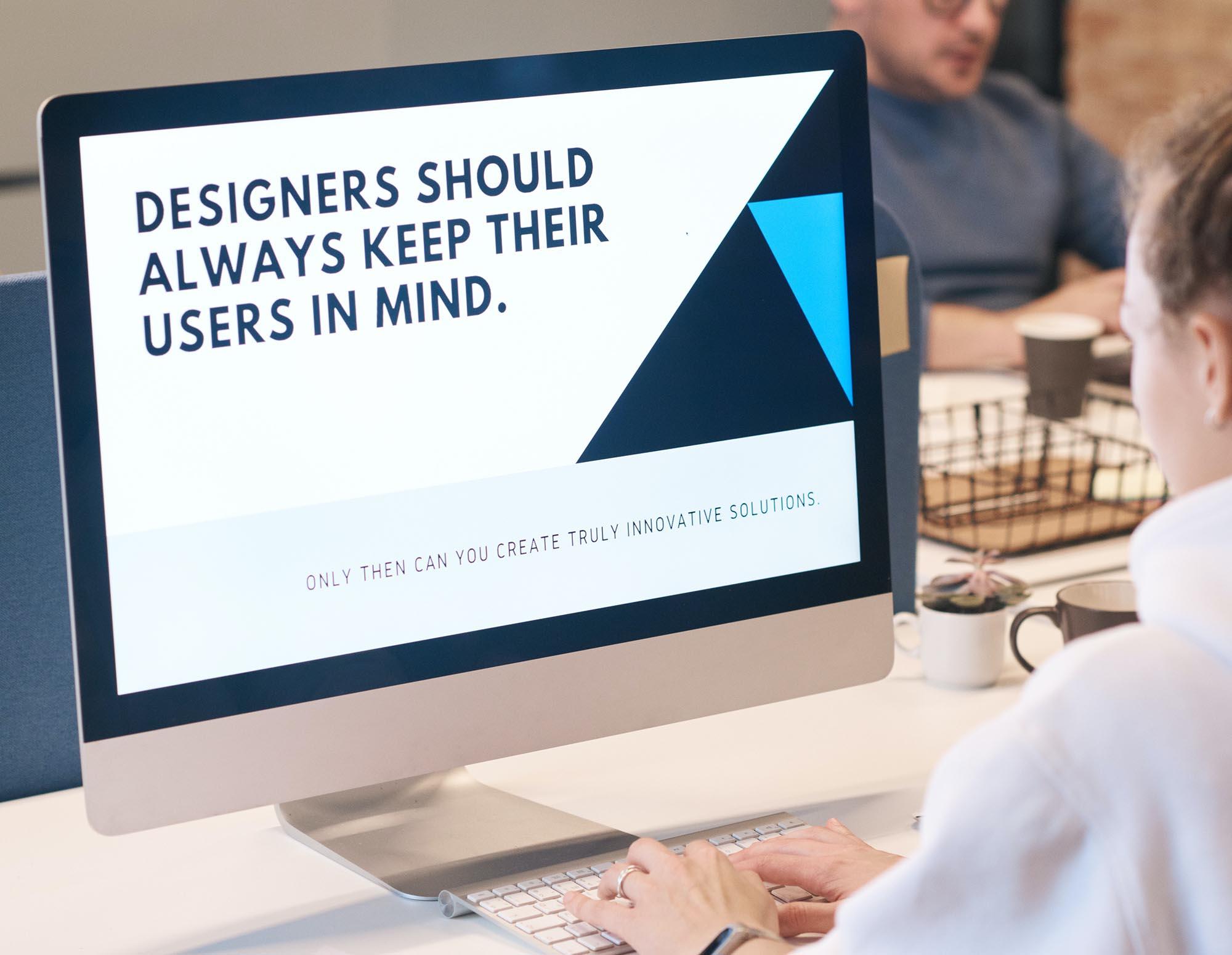 "Bildschirm mit Text: ""Designers should always keep ther users in mind."""