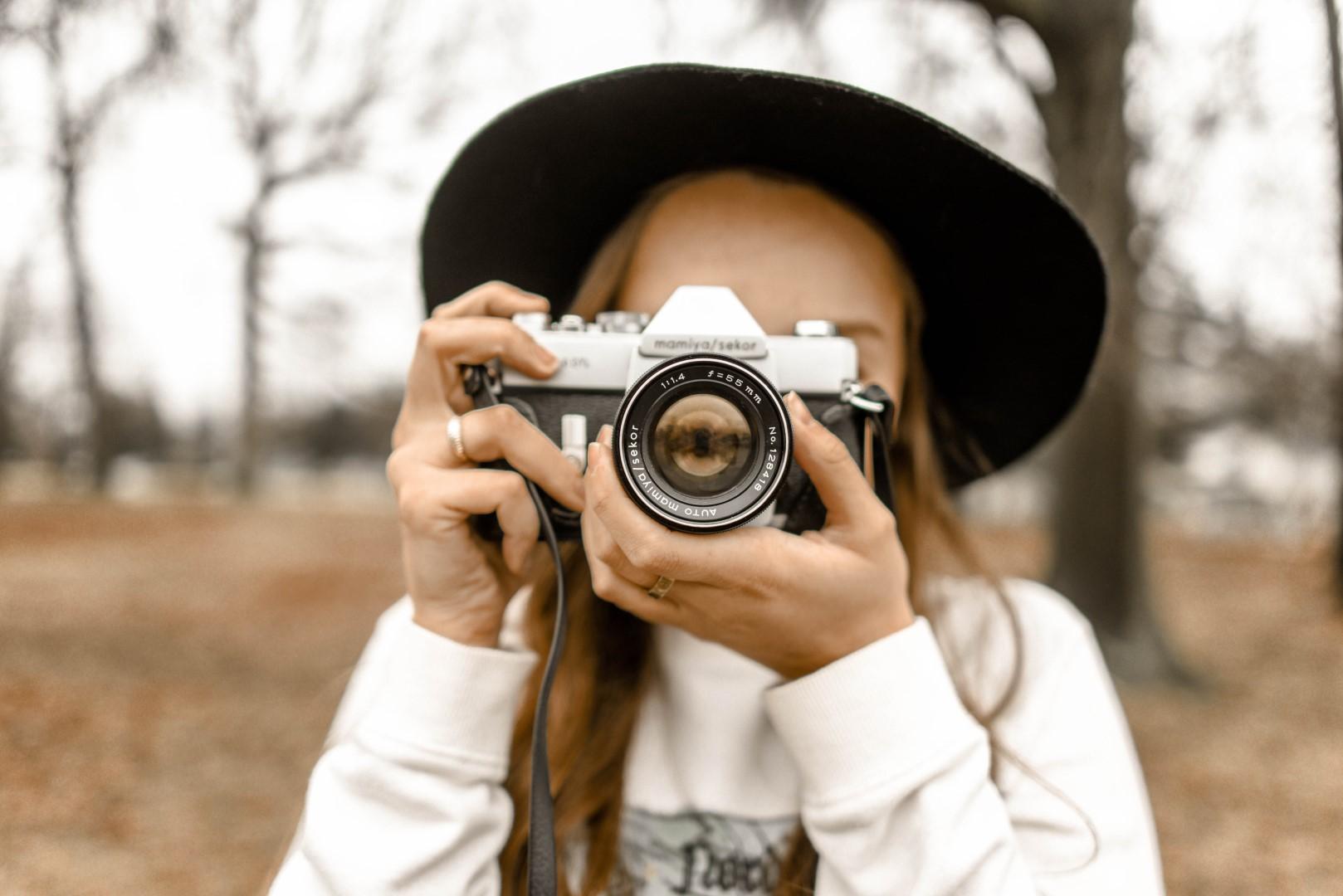 Frau mit einer alten Fotokamera