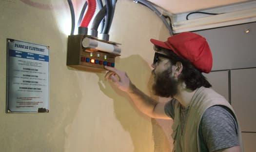 Roxxor s'approche d'un étrange tableau électrique