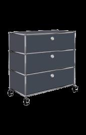 Das USM Haller Sideboard bietet ausreichend Stauraum für alle deine Unterlagen im Homeoffice. Es ist abschließbar für den Datenschutz und flexibel einsetzbar dank der Rollen. Wähle aus verschiedenen Farben deinen Homeoffice-Favoriten.
