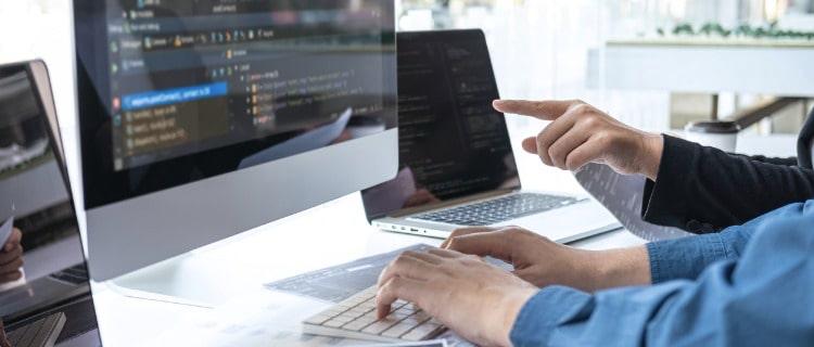 アプリ開発をするエンジニアのパソコン画面
