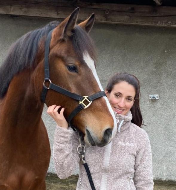 Joëlle Berchtold avec cheval bai équithérapie cheval-vie therapie par le cheval