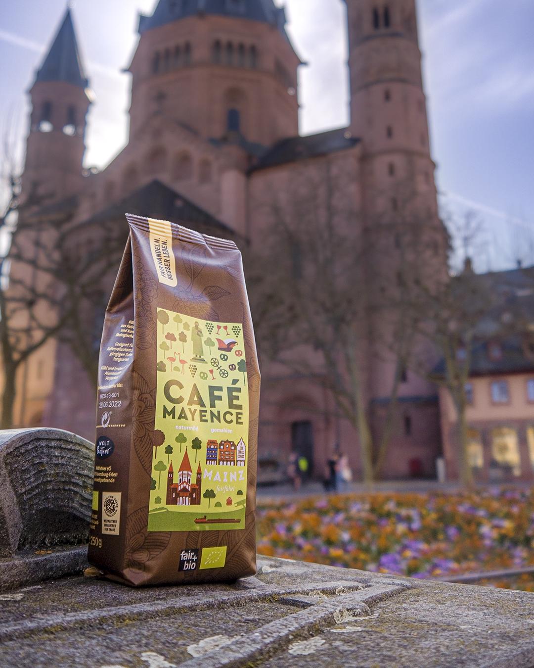 Foto vom Café Mayence mit dem Mainzer Dom im Hintergrund