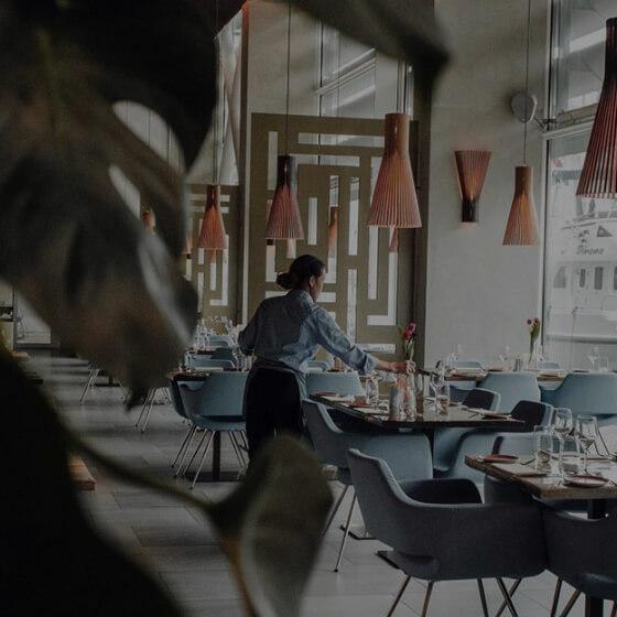 Billede af restaurant med tjener