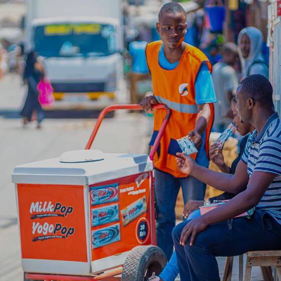 Social bites - Billede af mand der sælger social bites produkter til kunde.