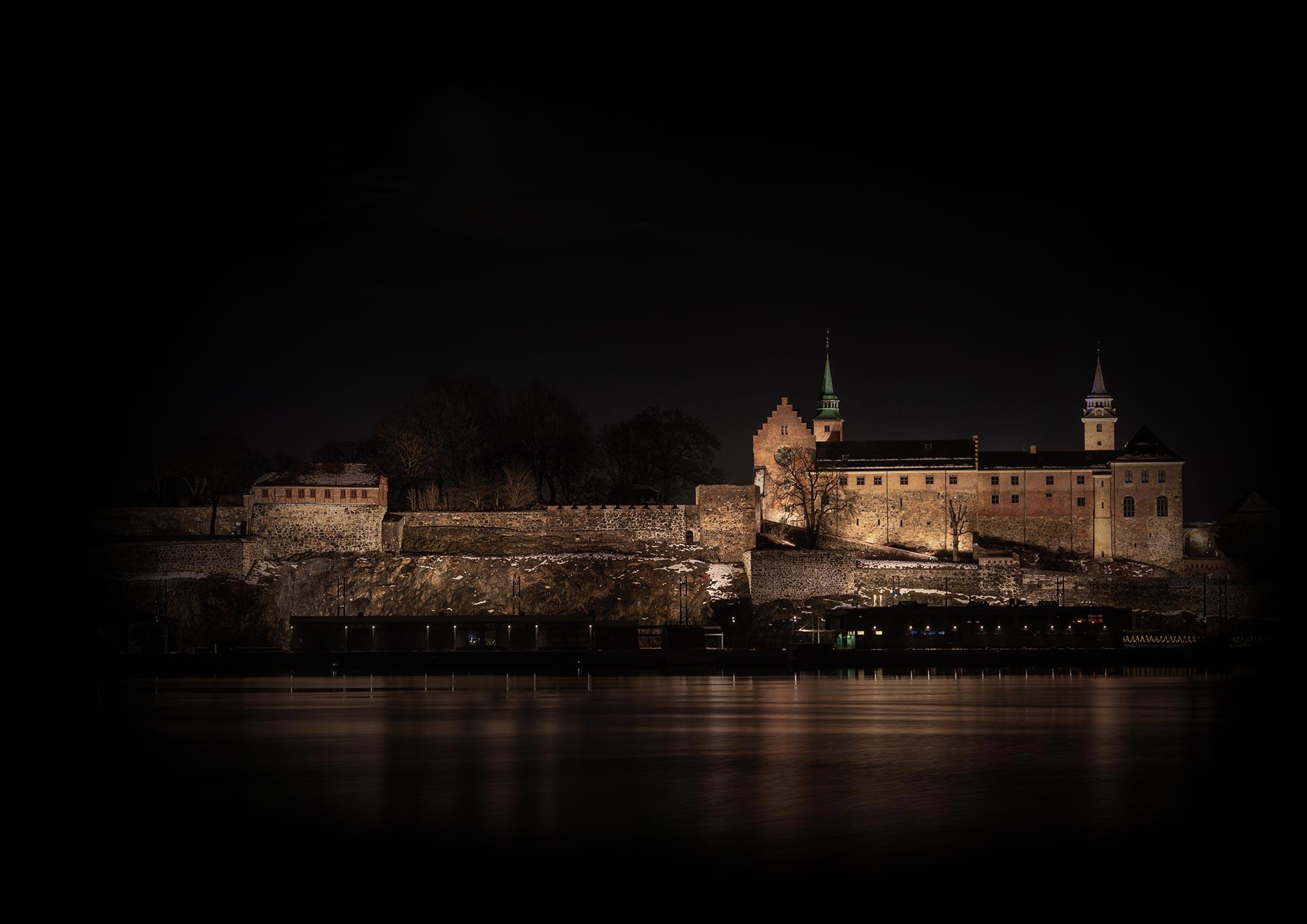 Akershus festning om natten, flombelyst, sett fra Aker Brygge