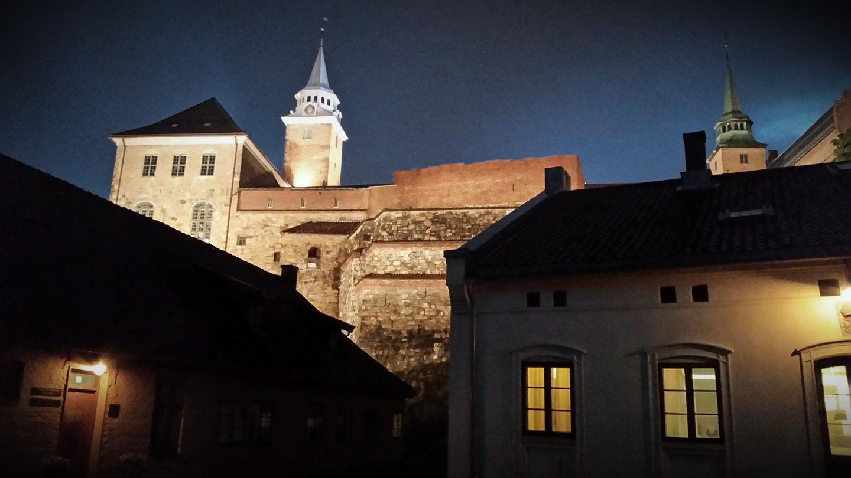 Et kveldsbilde av Akershus festning
