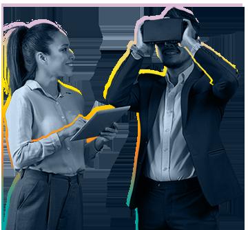 Femme avec une tablette regarde un homme avec un casque VR