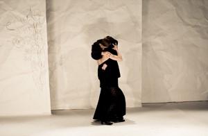 Tanzende Frau im Bühnenbild