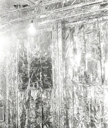 Silberner Raum mit einzelner Lampe in der Popup Factory Hamburg