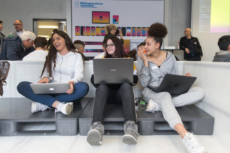 Jugendliche benutzen das Lernprogramm auf einer Bildungsmesse.