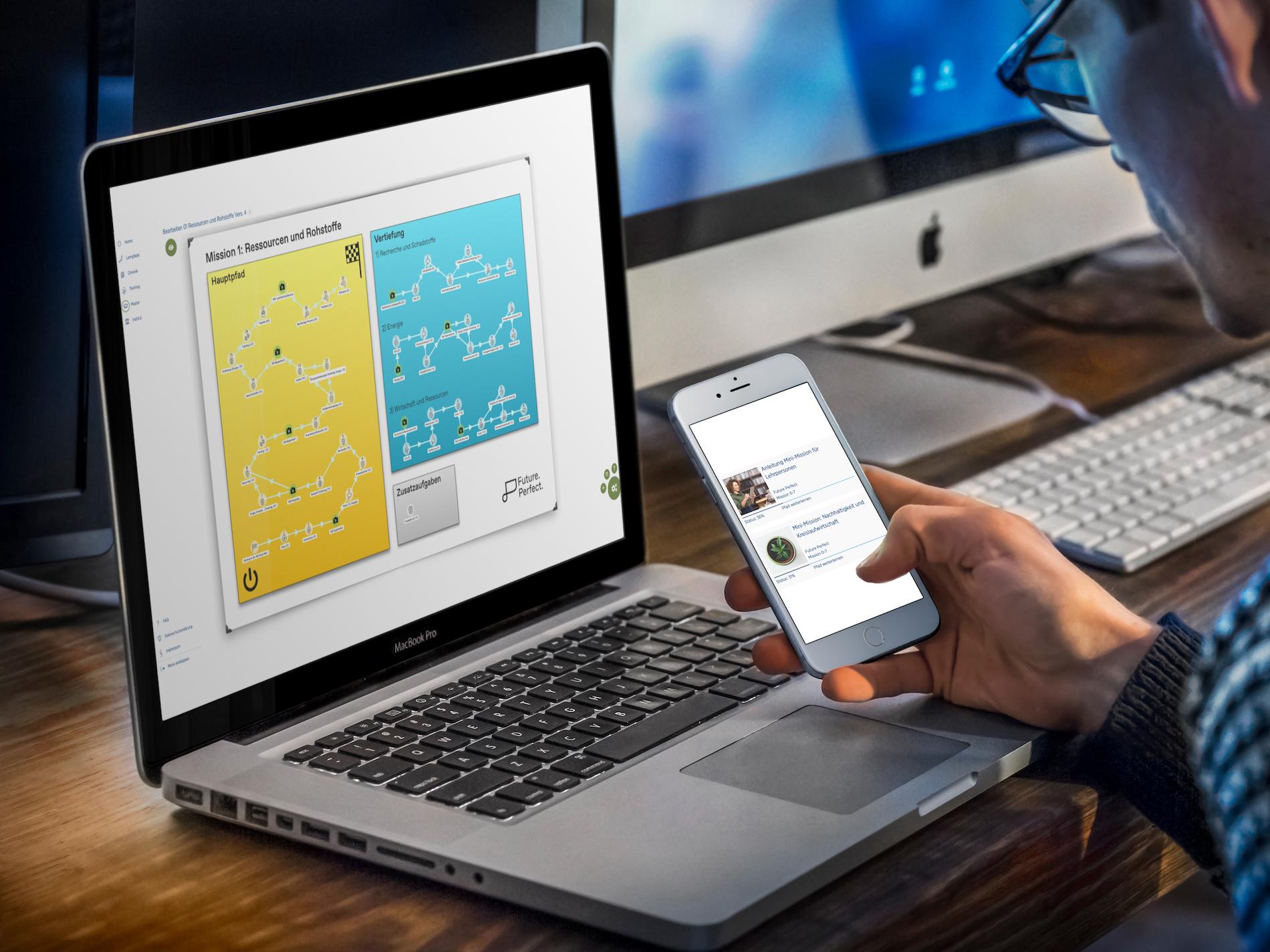 Laptop und Smartphne mit Lernprogramm. Ein Mann nutzt mit beiden Geräten das Lernprogramm.