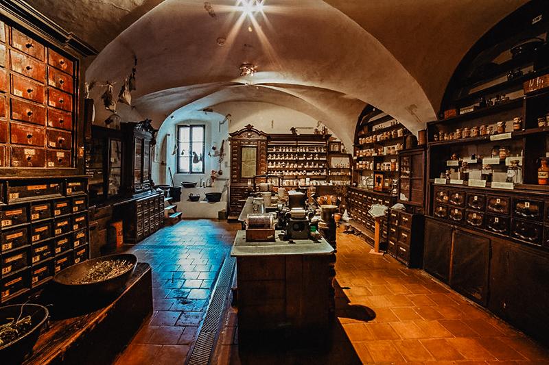Barokní lékárna U Bílého jednorožce v Klatovech