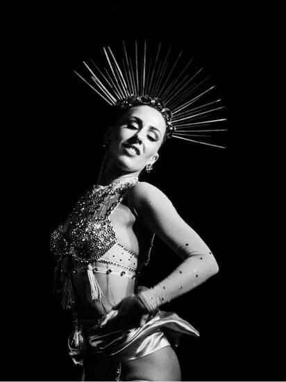 Frau tanzt Bourlesque