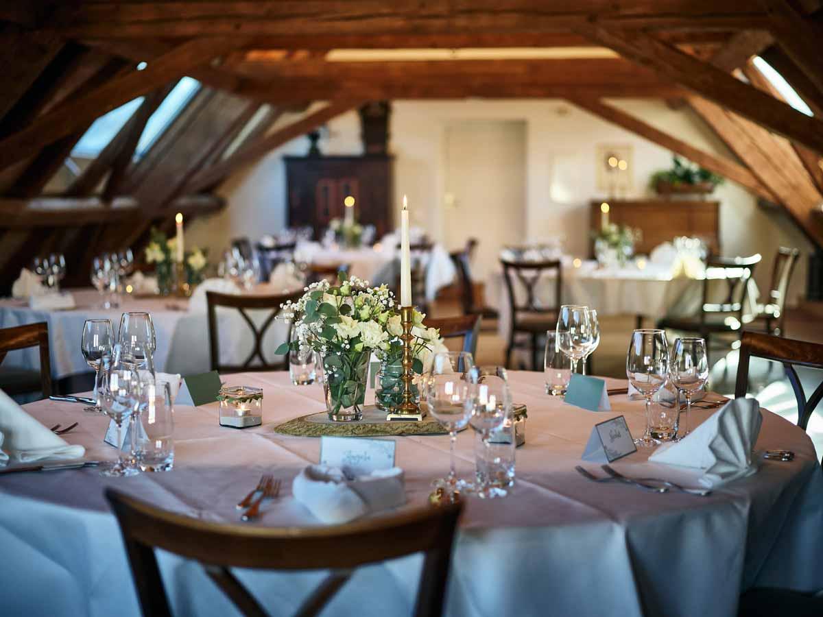 Dekorierter Tisch im Dachstock Thun