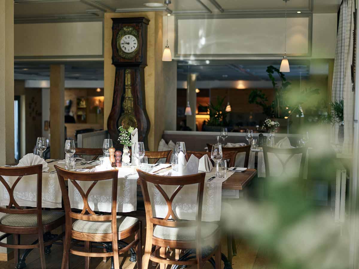 Restaurant Burehuus mit gecktem Tisch und alter Wanduhr