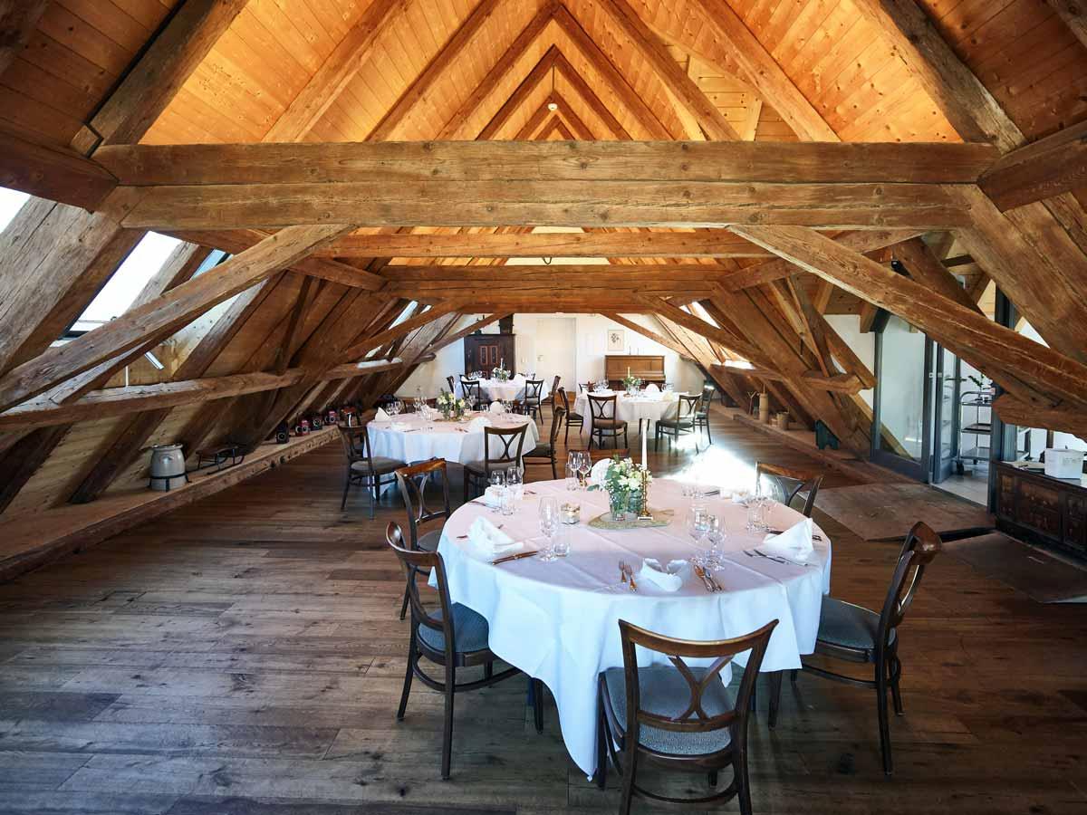 Dachstock Restaurant Burehuus mit gedeckten Tischen