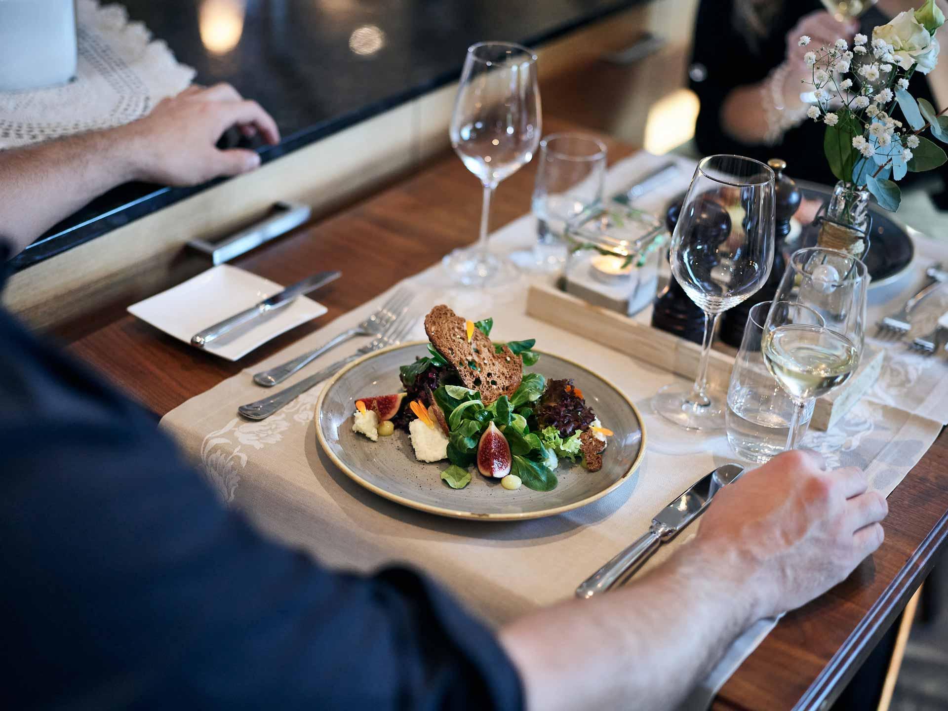 Salatteller auf gedecktem Tisch