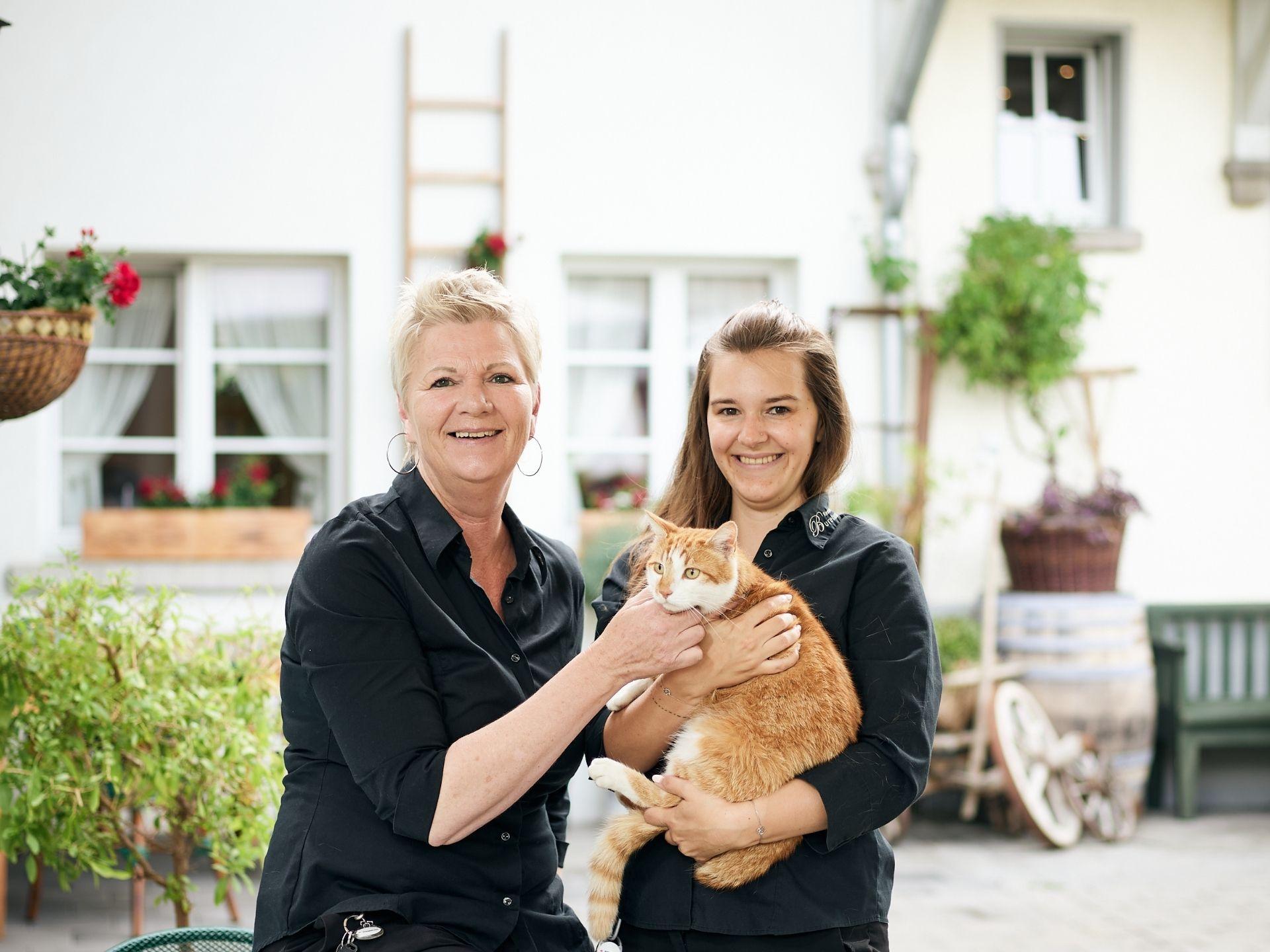 Zwei Frauen mit Katze auf den Armen