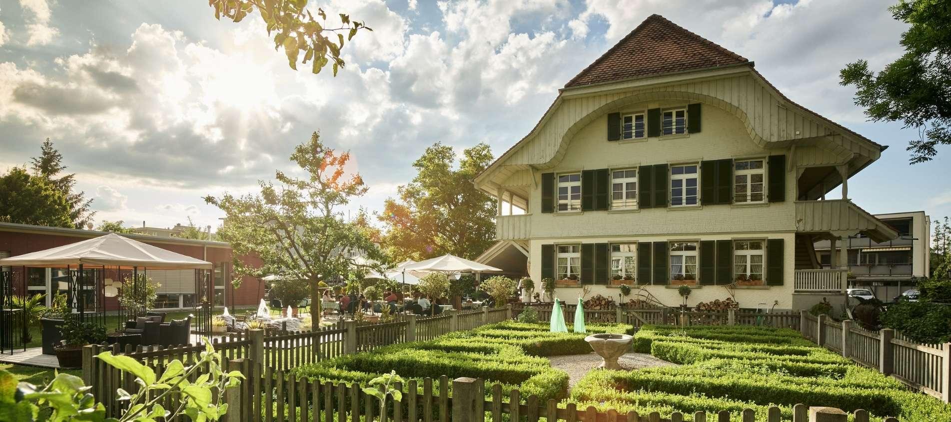 Restaurant Burehuus mit Garten und Baum