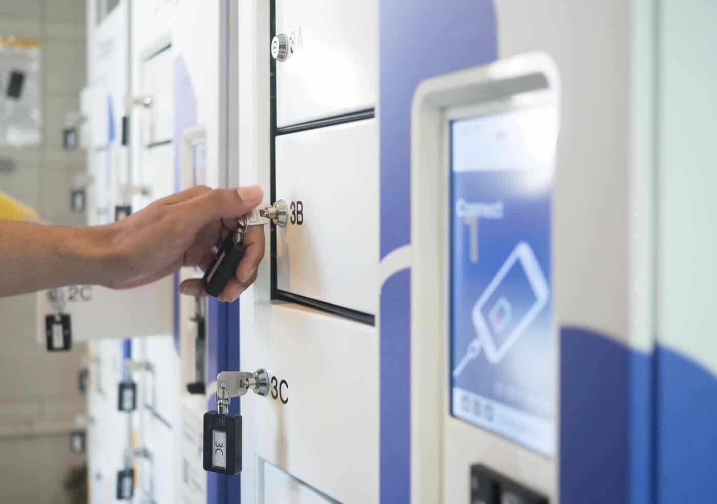 Système de fermeture de casiers sur borne de rechargement de téléphones