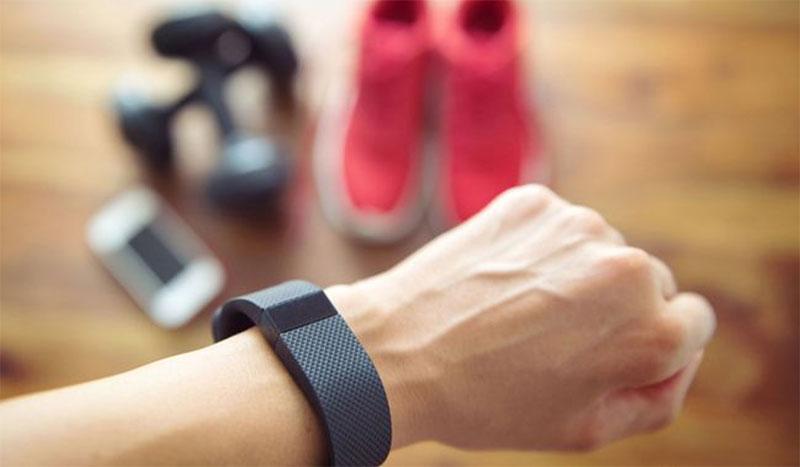 Le bracelet connecté, le nouvel outil de détection précoce du coronavirus ?