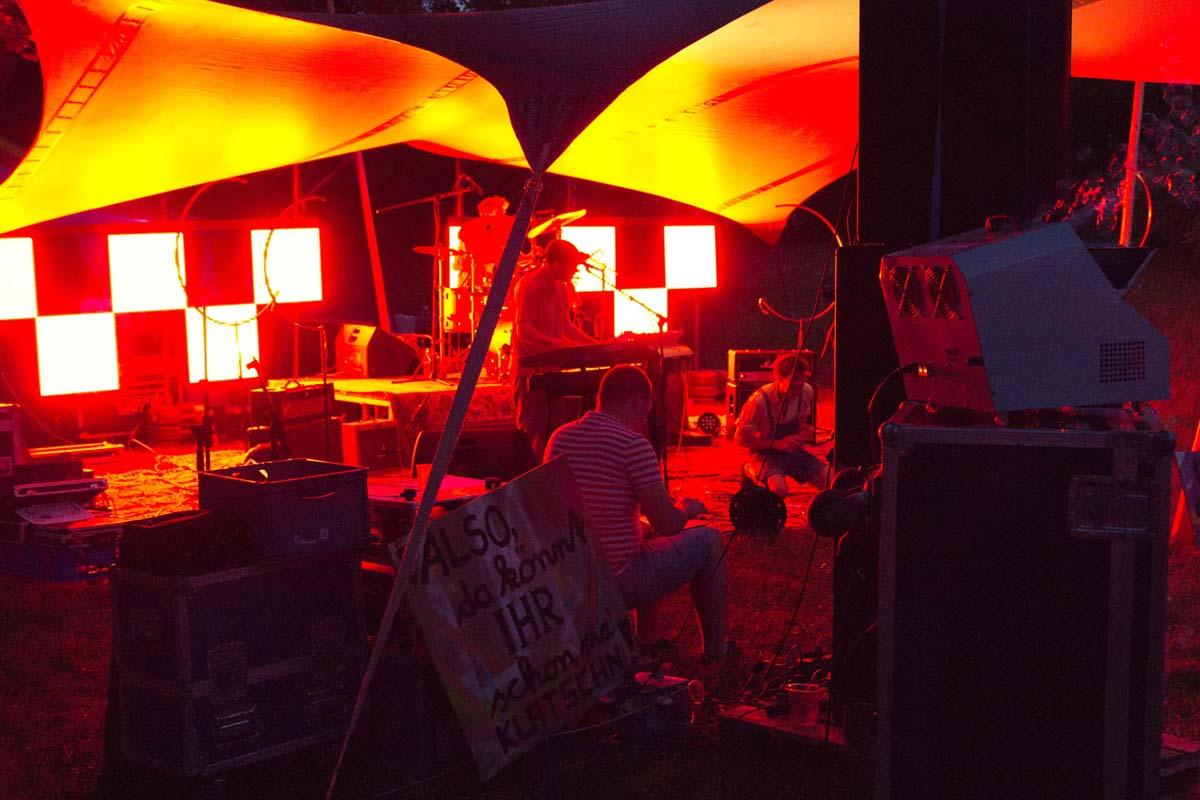 Eine beleuchtete Bühne bei Nacht.