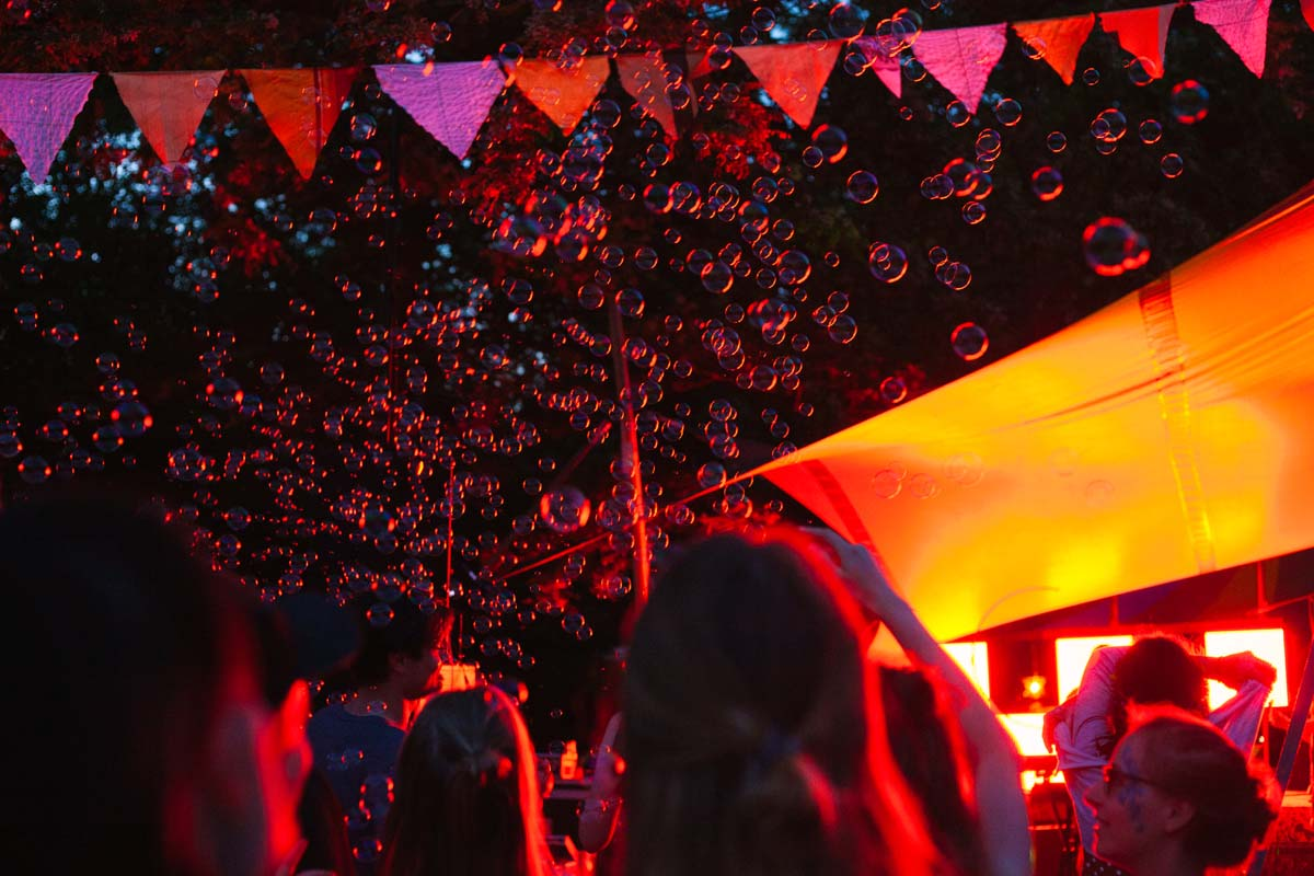 Menschen tanzen am späten Abend vor der Zeltbühne.