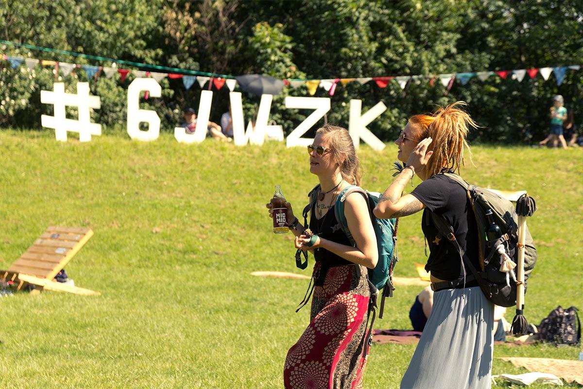Zwei junge Frauen kommen auf dem Gelände des GLACIS OPEN AIR an.