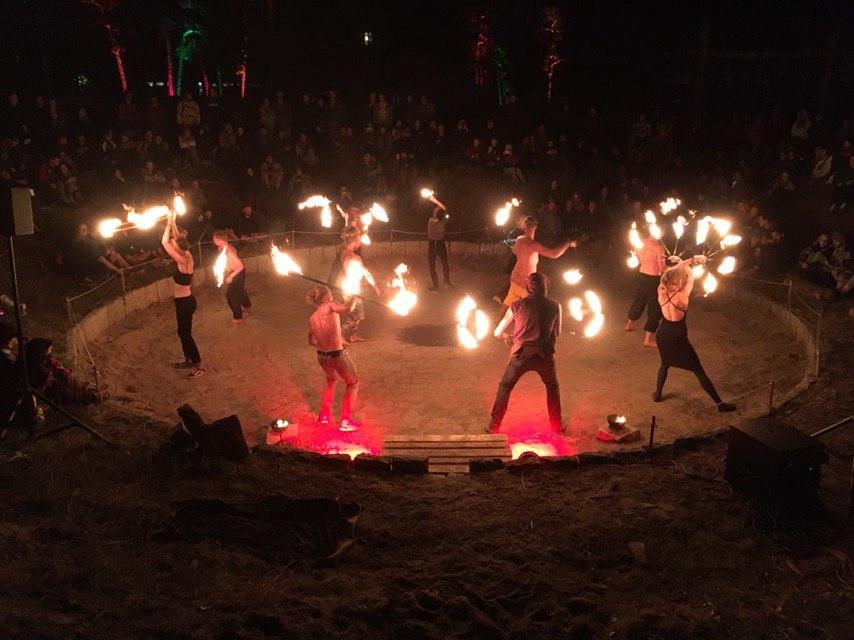 Athleten bieten den Gästen eine Feuershow.
