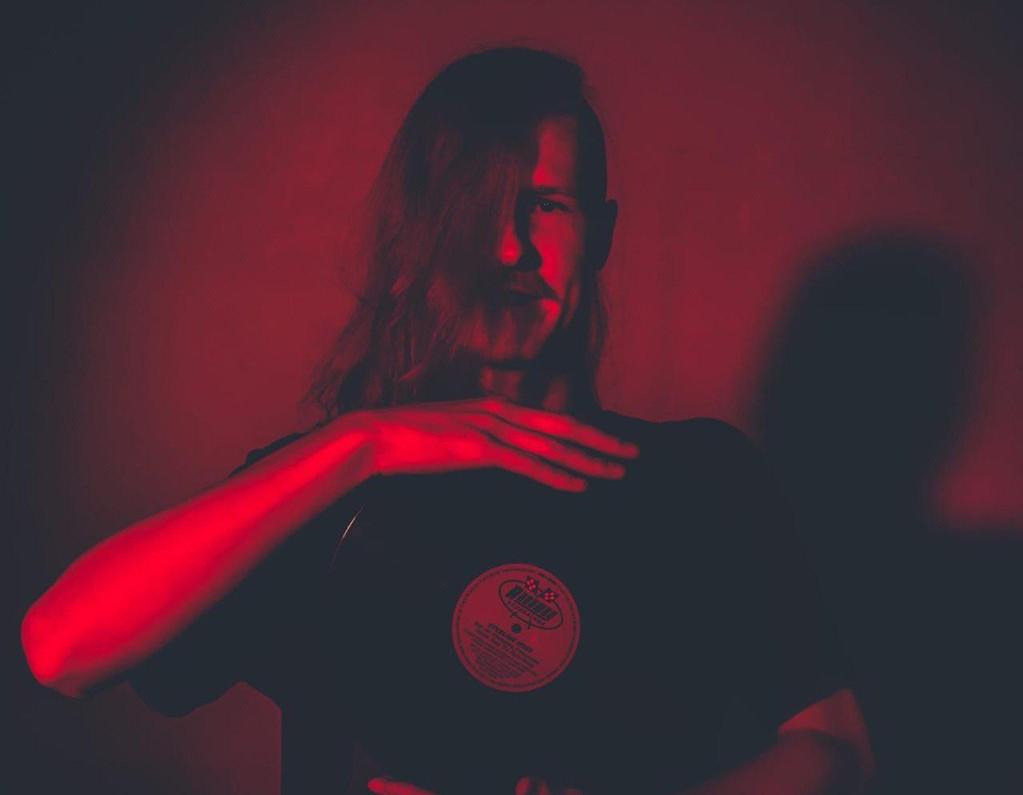 Ein Mann hält eine Schallplatte in den Händen.