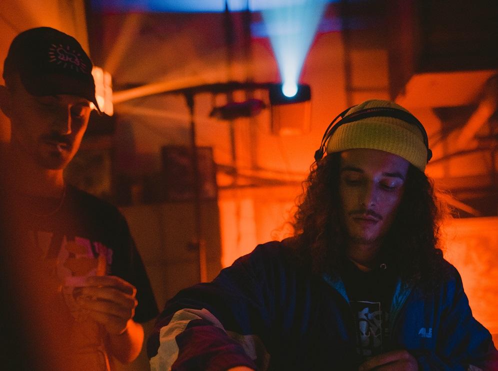 Ein junger Mann spielt als DJ auf einer Veranstaltung.