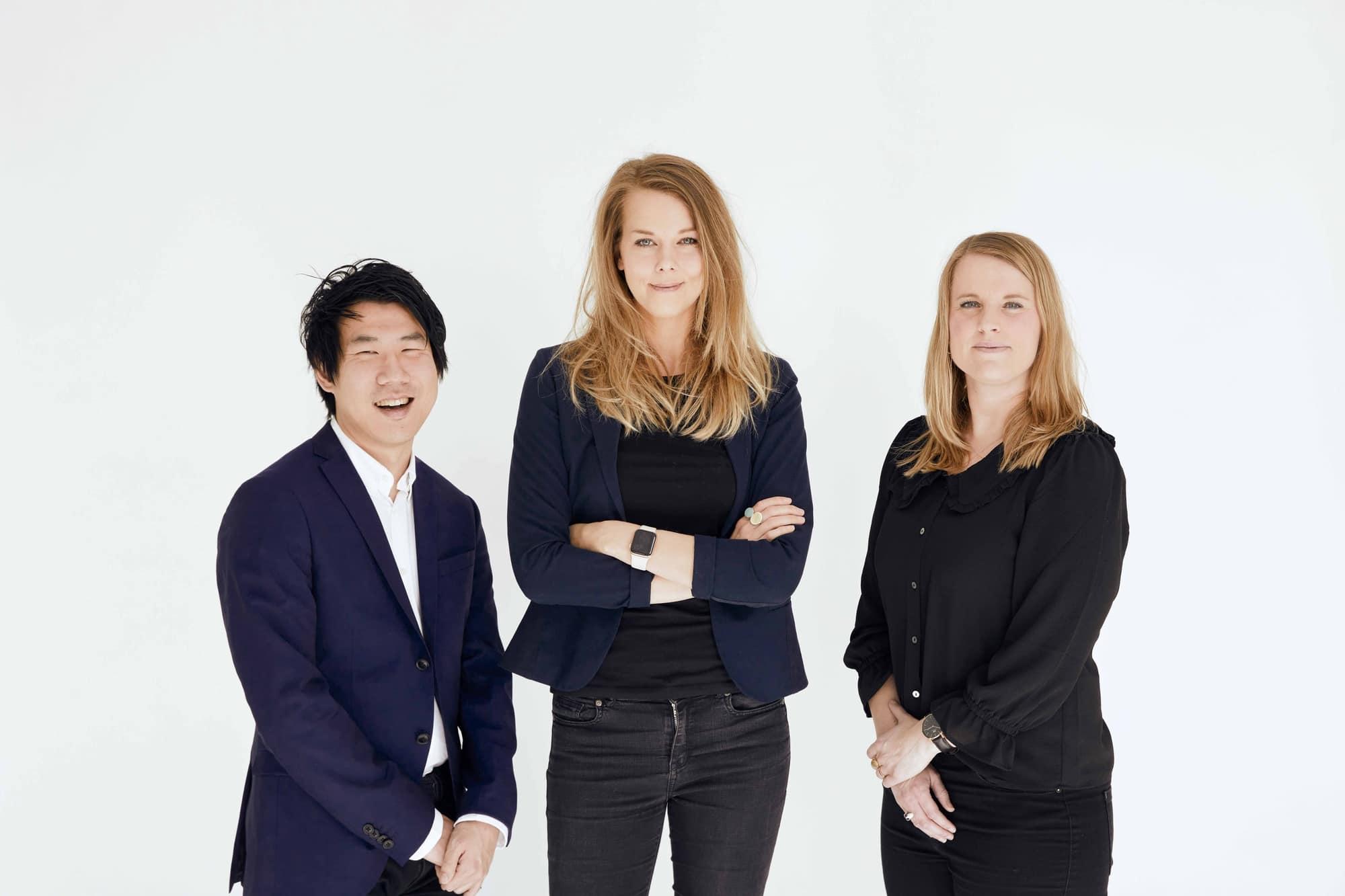 Et billede af Jacob Nossell til venstre, Signe Daugaard i midten og Katrine Larsen til højre. De stå foran en hvid væg