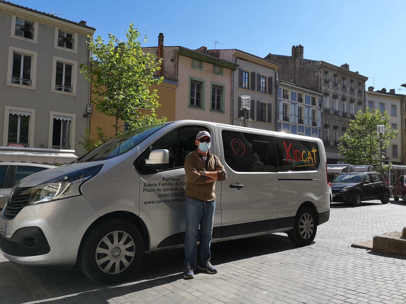 Le chauffeur et le minibus Kidcat