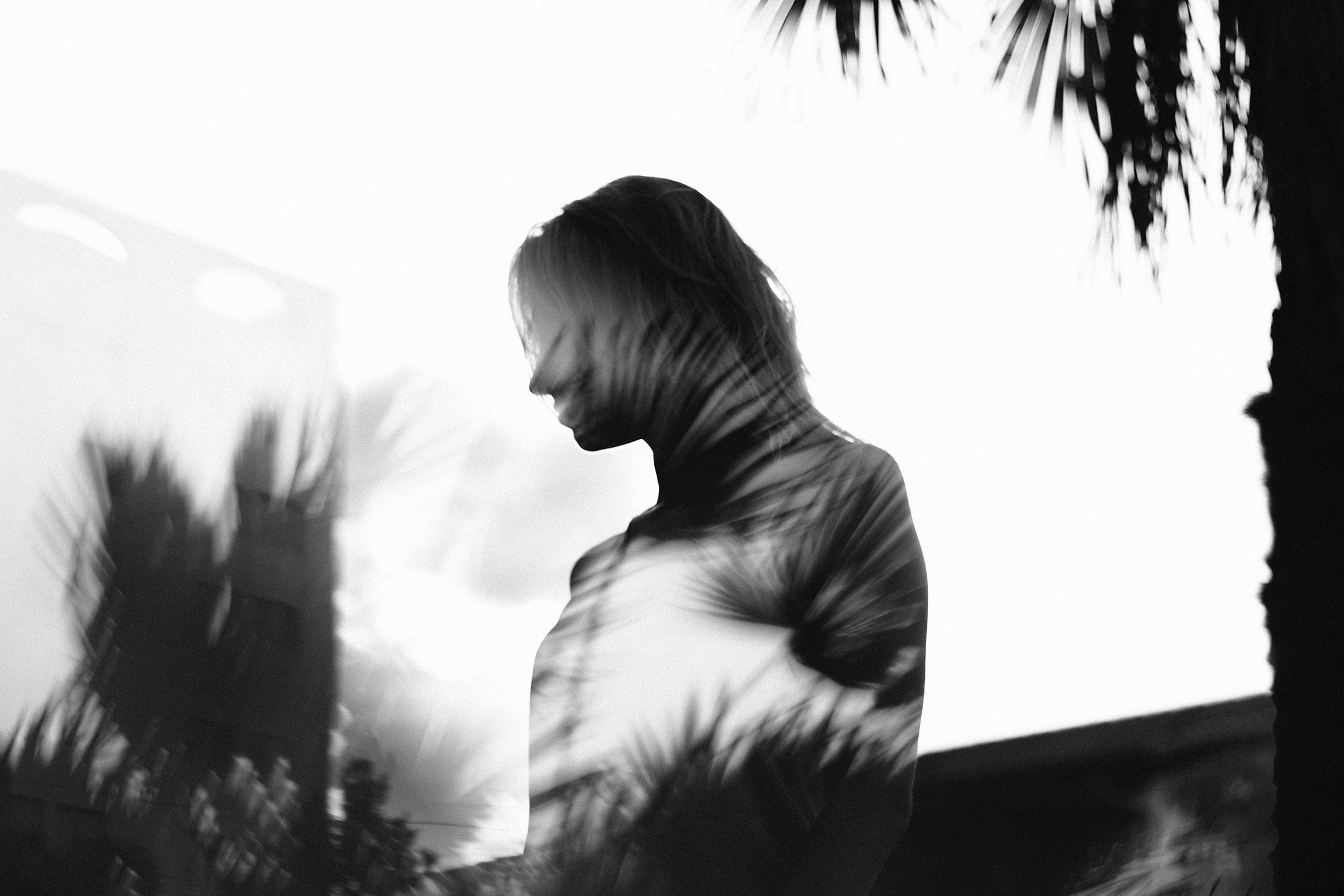 Foto branco e preto com o perfil de uma pessoa