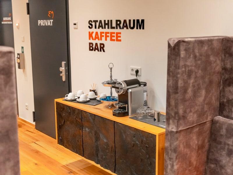 Eine Abbildung der Stahlraum Kaffee Bar für die Kunden.