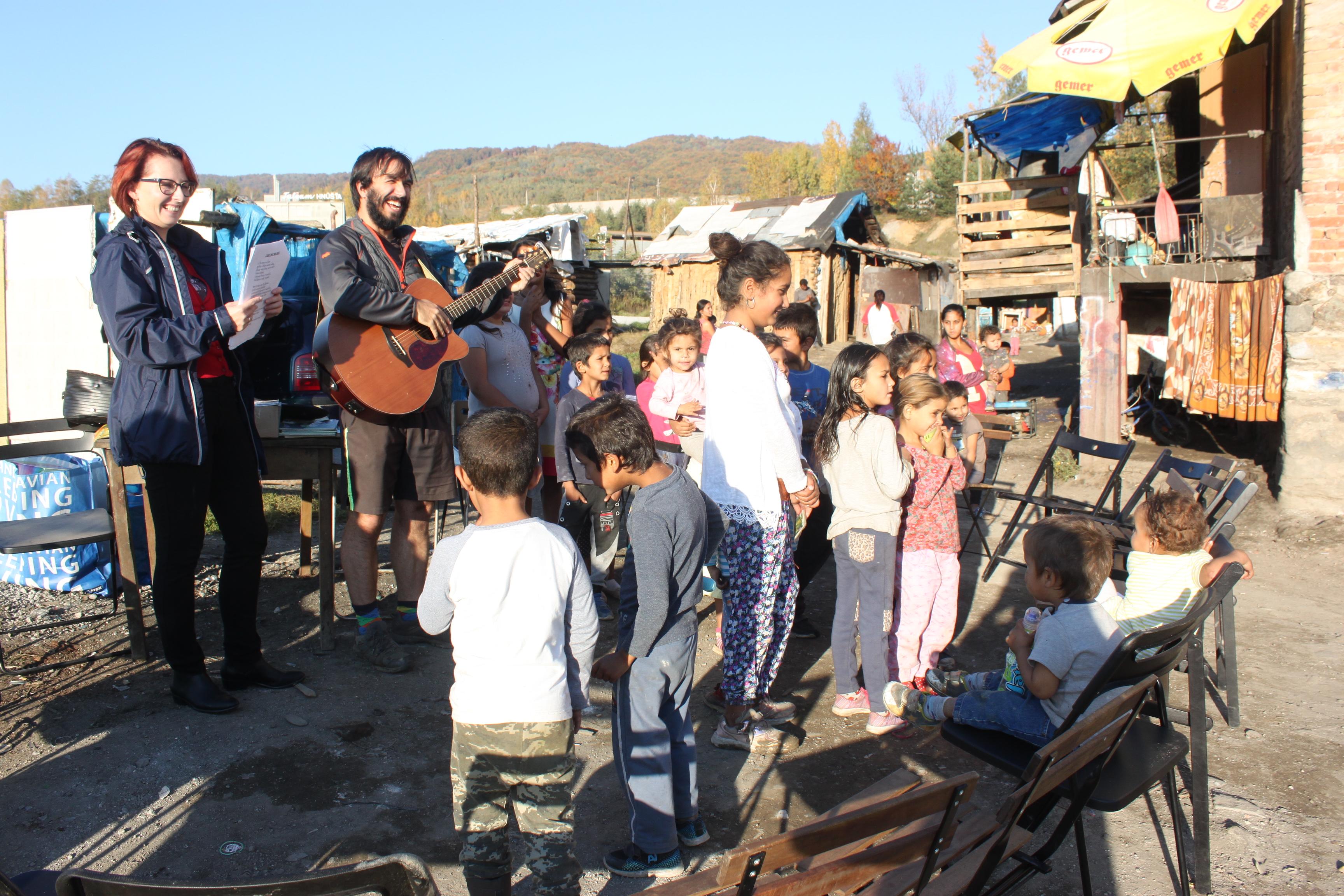 Vyučování dětí v nové osadě na Mútníku