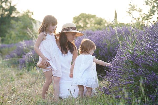 shooting photo lifestyle en famille dans les champs de lavandes en Provence