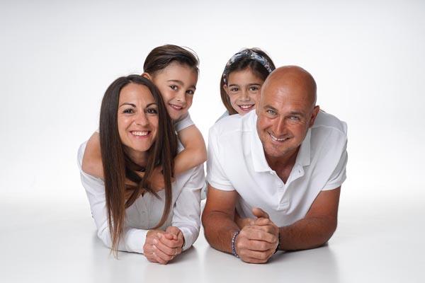 photographe de famille en studio avec amour et partage en Vaucluse
